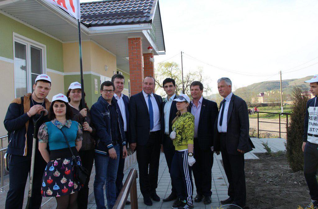 Молодогвардейцы помогают благоустраивать сельские территории