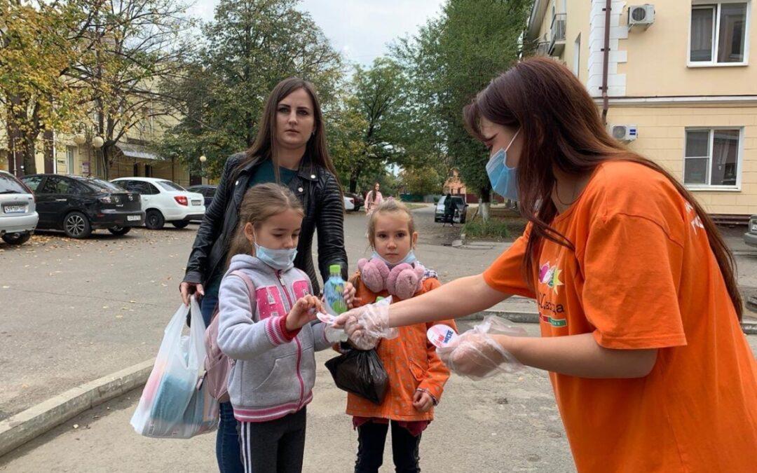 Волонтёры дарят подарки